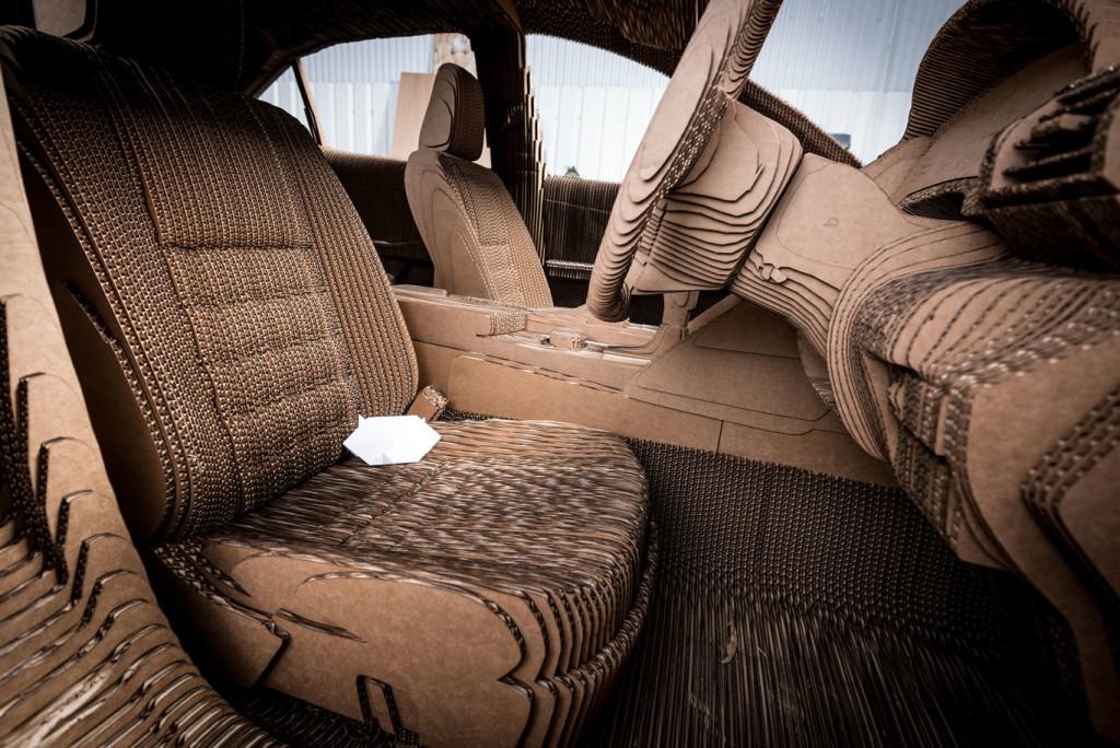 Coche de cartón hecho por Lexus